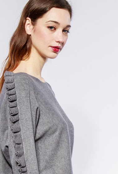 Soft sweater, sleeves decorated with ruffles, loose fit. The model measures 177cm, one size corresponds to 38-40