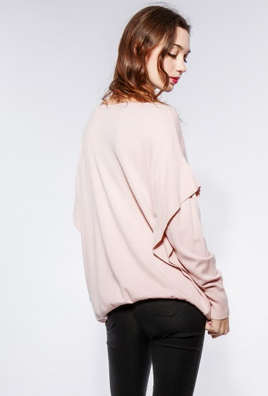 Soft sweater with ruffles, oversized fit. The model measures 177cm, one size corresponds to 38-42