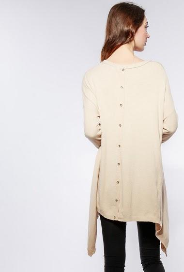 Pull en maille douce, dos avec boutons décoratifs, bordure asymétrique. Le mannequin mesure 177cm, TU correspond à 38-42