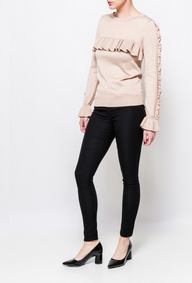Knitted sweater with ruffles on the sleeves. The model measures 170cm, one size corresponds to 38-40