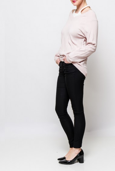 Bicolour sweater in soft knit, casual fit. The model measures 170cm, one size corresponds to 38-40