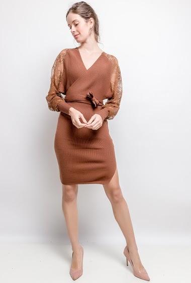 Robe  cache-cœur, manches en dentelle. La mannequin mesure 176cm, TU correspond à 38/40. Longueur:103cm