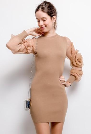 Robe avec manches transparentes en organza. La mannequin mesure 176cm, TU correspond à 38/40. Longueur:86cm