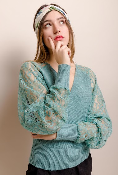 Sweater with batwing sleeves in lace. The model measures 174cm, one size corresponds to 10/12(UK) 38/40(FR). Length:54cm