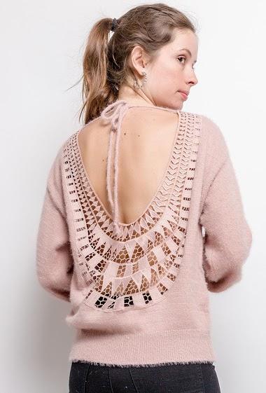 Pull féminin avec dos ouvert, détail en dentelle. La mannequin mesure 176cm, TU correspond à 38/40. Longueur:66cm