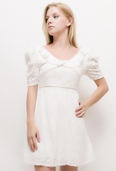 Short sleeve dress, ruffles, embroidered and perforated fabric. The model measures 170cm and wears S/M. Length:85cm