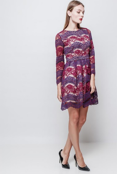 Bi-colour lace dress. Long sleeves. The model measures 177 cm and wears S.
