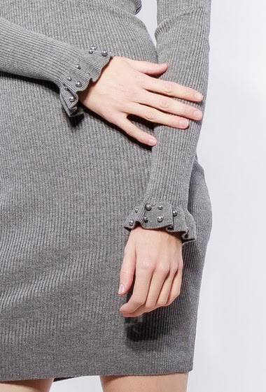 Robe côtelée, manches longues, bordure ornée de perles, col V ornée de dentelle raffinée, coupe près du corps. Le mannequin mesure 177cm, TU correspond à 38-40