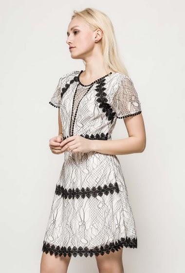 Robe à manches courtes, dos avec lacet. La mannequin mesure 172cm et porte du S. Longueur:89cm