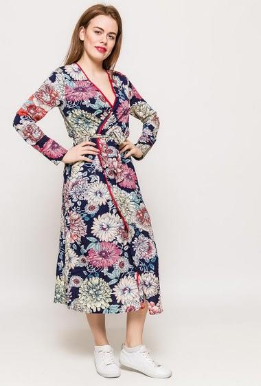 Robe style peignoir, coupe croisée , fleurs imprimées et ceinture. La mannequin mesure 173cm et porte du S. Longueur:120cm
