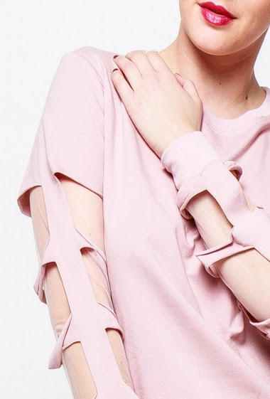 Sweatshirt with ripped sleeves, tul yoke, raw edges. The model measures 170cm and wears S/M