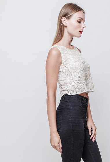 Lace top with pearl. Sleeveless. The model measures 177 cm and wears S/M.