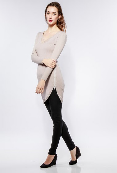 Knitted tunic, round collar with refined lace, border decorated with strass and zip, close fit. The model measures 177cm, one size corresponds to 38-40