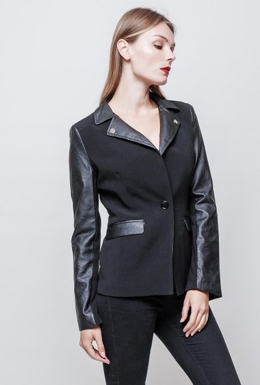 Bi-fabrics jacket. Button closing. Pockets The model measures 177 cm and wears S.