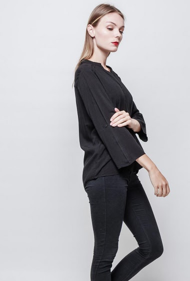 V neck shirt. Three-quarter loose sleeves.  The model measures 177 cm and wears S.