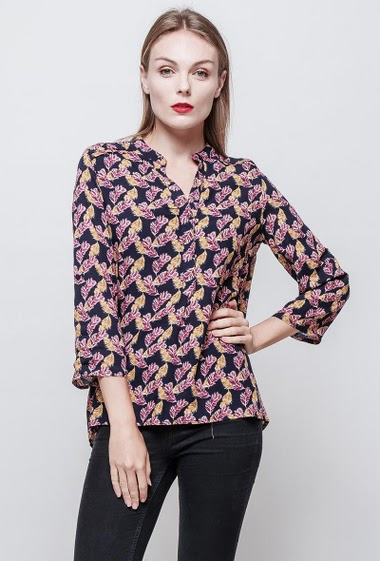 Printed shirt. Long sleeves. Classic fit. The model measures 177 cm and wears S.