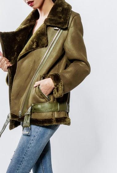 Manteau en imitation peau de mouton, intérieur en fourrure, poches zippées, ceinture. La mannequin mesure 176cm et porte du S/36