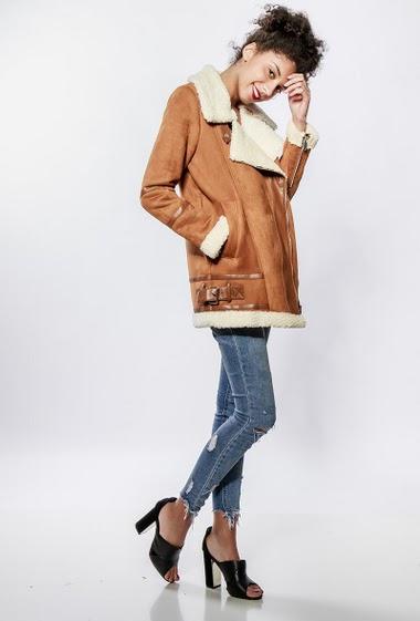 Manteau en imitation peau de mouton, intérieur en fourrure, poches zippées, côté avec boucles. La mannequin mesure 176cm et porte du S/36