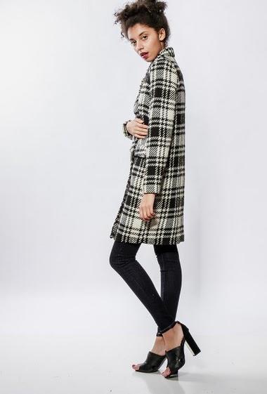 Manteau droite avec poches, coupe droite. La mannequin mesure 176cm et porte du S/36