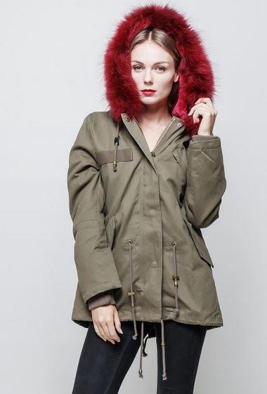 Parka with removable fake fur lining on the inside. Hood with removable real fur. The model measures 177 cm and wears S.