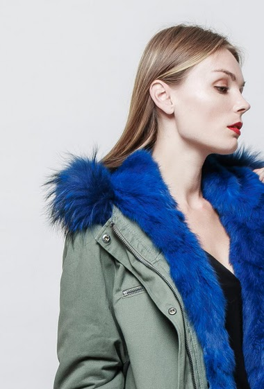Parka with removable padded interior. Hood with removable real fur. The model measures 177 cm and wears S.