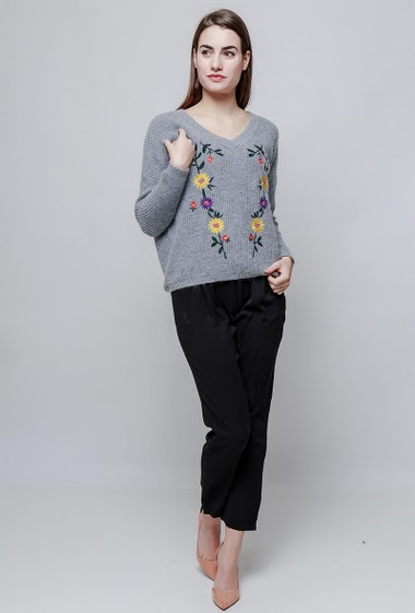 Ribbed sweater, soft knit, embroidered flowers. The model measures 172cm, one size corresponds to 38-40