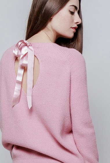 Sweater in cashmere mix, back with tie detail in satin, casual fit. The model measures 172cm, one size corresponds to 38-40