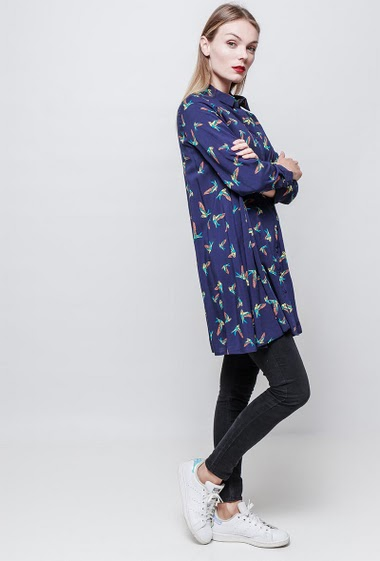 Bird Printed shirtdress. Loose fit. The model measures 177 cm and wears S.