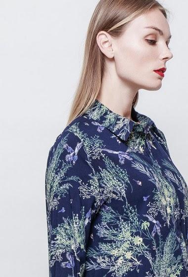 Robe chemise avec imprimés feuillages. Coupe ample. La mannequin mesure 177 cm et porte du S.