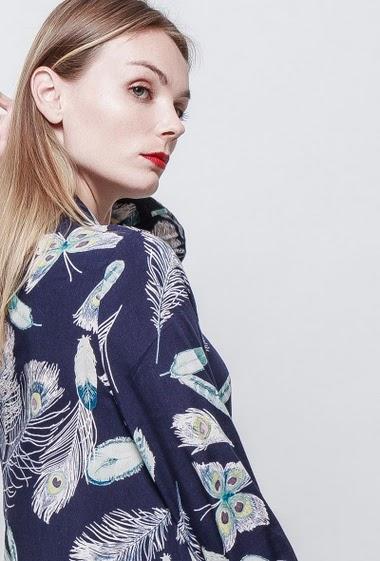 Robe chemise avec imprimés plumes. Coupe ample. La mannequin mesure 177 cm et porte du S.