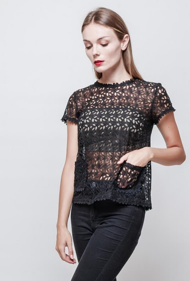 Lace top. Short sleeves. With pockets. Button closing on the back. The model measures 177 cm and wears S.