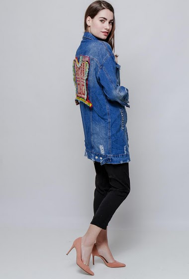 Long denim jacket, stud detail, rips, embroidered back, pockets, regular fit. The model measures 172cm and wears S/M