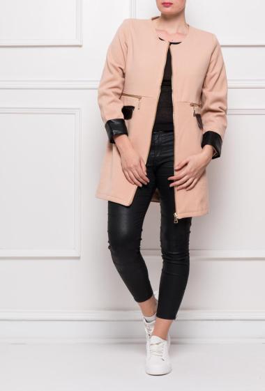 Manteau sans col avec zip fantaisie, poches et poignets en similicuir