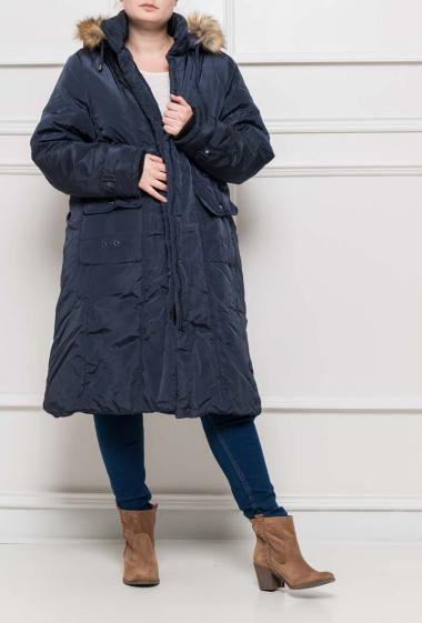 Manteau ceinturé avec capuche amovible ornée de fourrure