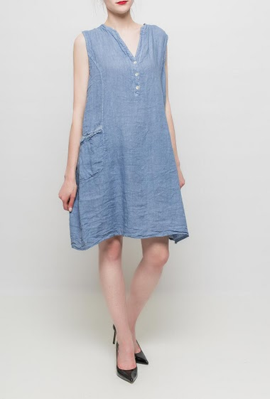 Sleeveless dress, V neck with pearly buttons, loose fit, ribbed yoke on the side. TU corresponds to T38/42