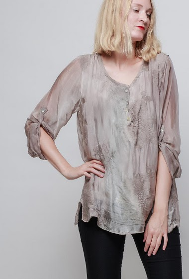 Lightweight top, collar with pearly buttons, embroidered flowers, lining, roll-up transparent sleeves, silky and soft touch. The model measures 178cm, one size corresponds to 38-42