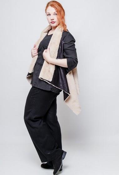 Sleeveless jacket, faux shearling, asymmetric hem. The model measures 172cm, one size corresponds to 40-44