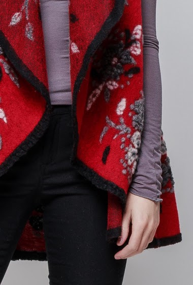 Sleeveless cardigan, open front, flowers, waterfall collar. The model measures 178cm, one size corresponds to 38-42