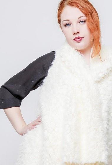 Sleeveless jacket, asymmetric hem. The model measures 172cm, one size corresponds to 40-44