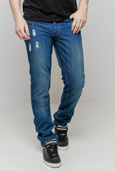 Damaged regular jeans, pockets. The mannequin measures 187 cm and wears 42