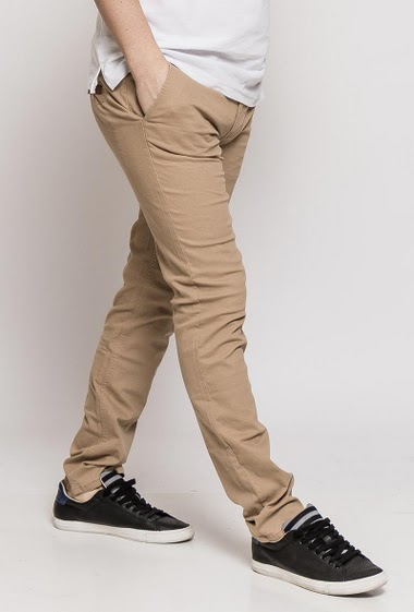 Slim cut. The model measures 187cm and wears T42/34
