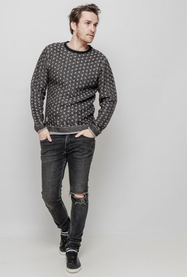 Bicolour knitted sweater, round collar, long sleeves. The mannequin measures 187 cm and wears L