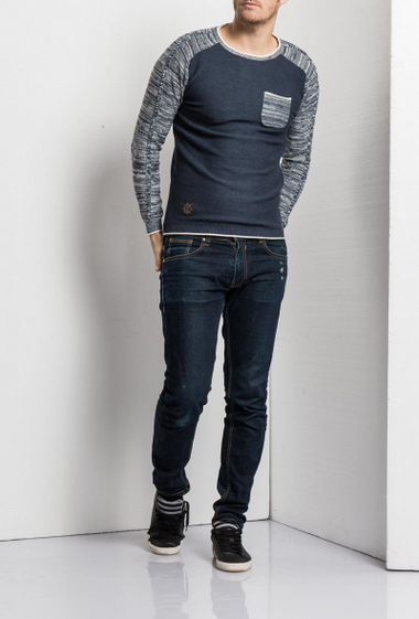 Pullover in knit, contrasting sleeves, patch pocket on the front, classic fit