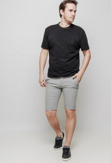 Classic shorts in cotton with pockets. The mannequin measures 187 cm and wears 42