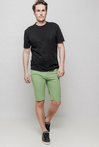 Short classique en coton avec poches. Le mannequin mesure 187 cm et porte du 42