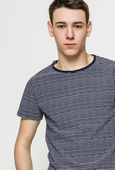 Cotton t-shirt with short sleeves. The model measures 184cm and wears M