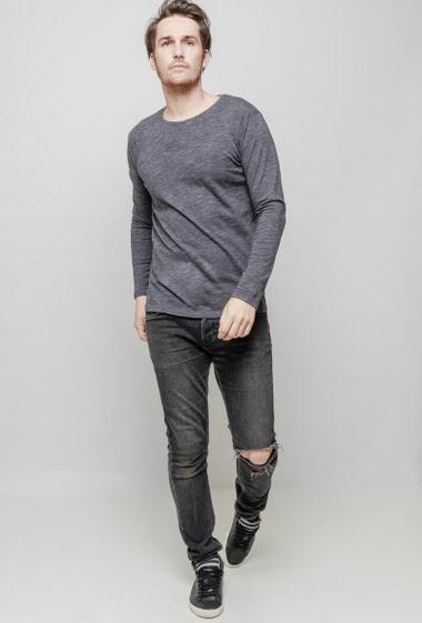 T-shirt à col rond et manches longues, coupe droite. Le mannequin mesure 187 cm et porte du L