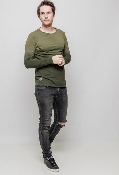 T-shirt with round collar and long sleeves, regular fit. The mannequin measures 187 cm and wears L