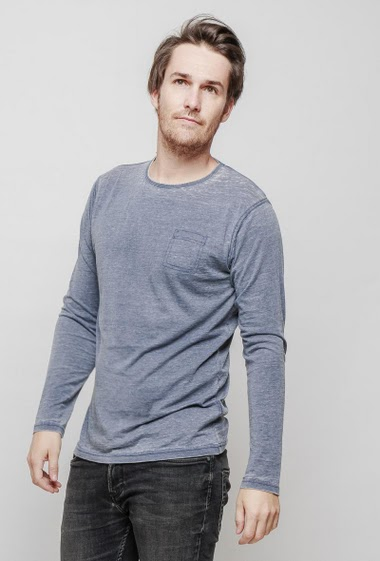 T-shirt with round collar and long sleeves, patch pocket, regular fit. The mannequin measures 187 cm and wears L