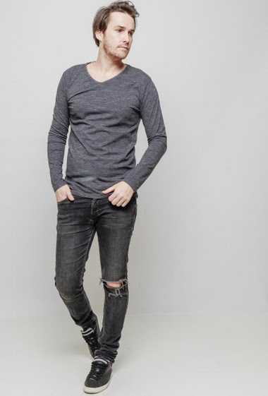 T-shirt with V neck and long sleeves, regular fit. The mannequin measures 187 cm and wears L